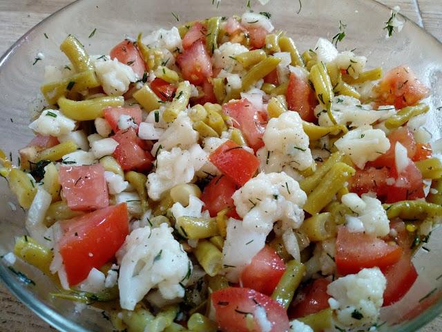 Salatka z kalafiora fasolki i pomidora lekka salatka z fasolki szparagowej salatka do grilla salatka grillowa salatka bez majonezu dietetyczna salatka