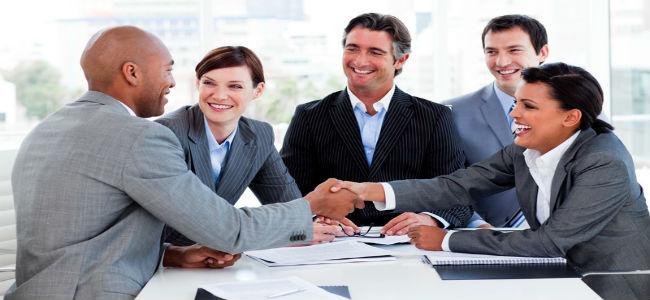 Grupo de executivos fechando um negócio