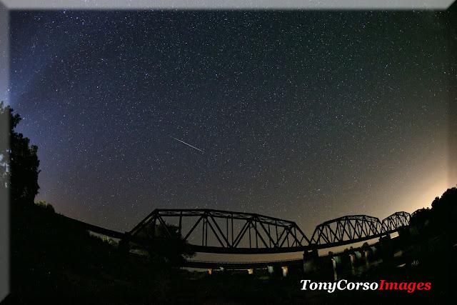 Khung cảnh bầu trời sao cùng mưa sao băng Perseid được thực hiện bởi nhiếp ảnh gia Tony Corso ở sông Red, phía bắc Paris, bang Texas.