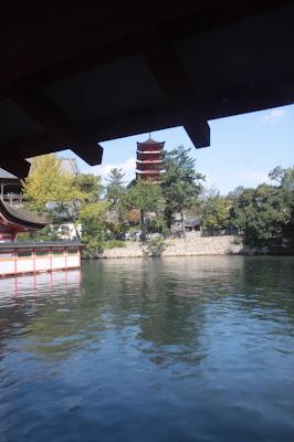Vista de una pagoda desde el santuario Itsukushima