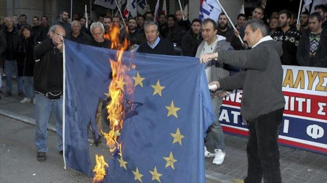 Griegos queman la bandera de la UE en una protesta por la reforma de las pensiones