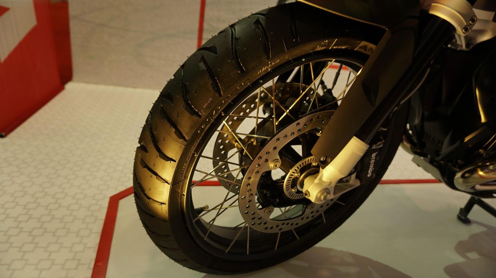 Bánh trước được trang bị hai phanh đĩa và hệ thống ABS, lốp xe cỡ lớn