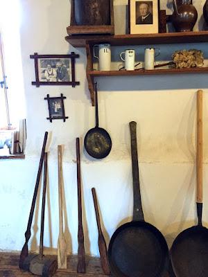 Sammelsurium an wichtigen Begleitern für das Pressen von Öl im Museum © diekremserin on the go