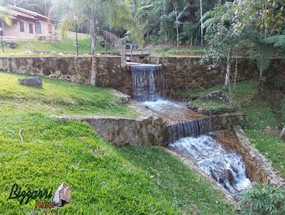 Muro de pedra construído com pedra moledo com a construção do lago e o espelho d'água em sítio em Piracaia-SP.