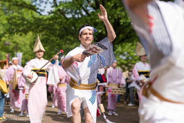 紅連、小金井子供フェスタでの阿波踊り、男踊りの外人さん