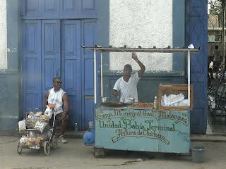 Kuba, Matanzas, Busbahnhof, ein Straßenhändler mit einem kleinen,  fahrbaren Stand bietet fritierte Chicharos an.