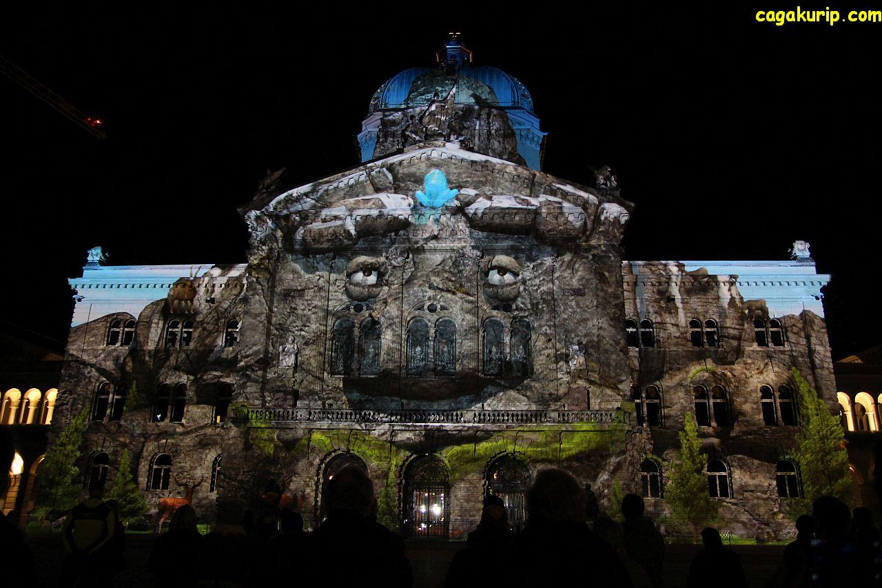 Bundesplatz berubah bentuk oleh permainan cahaya