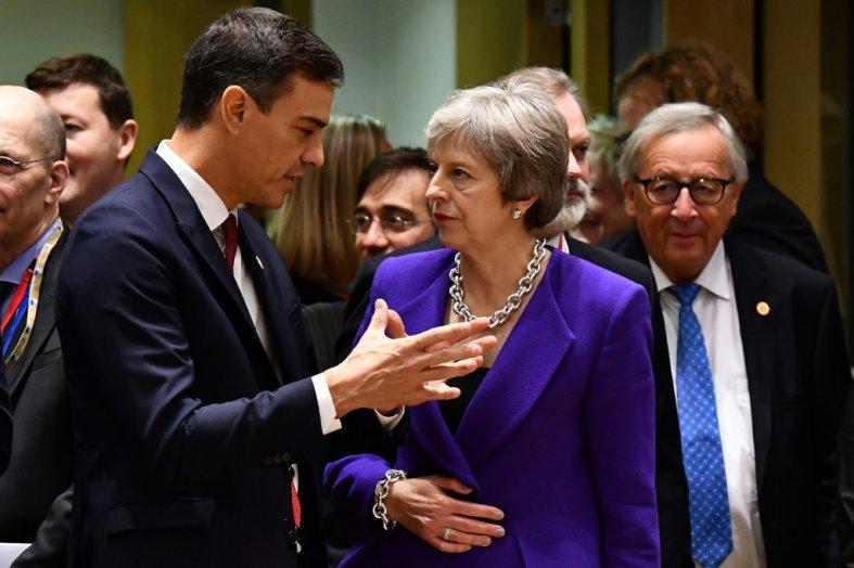 AFP/Archives Le président du gouvernement espagnol Pedro Sanchez et la Première ministre britannique Theresa May lors d'un Conseil européen à Bruxelles le 18 octobre 2018
