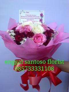 rangkaian bunga tangan model bulat tiga warna