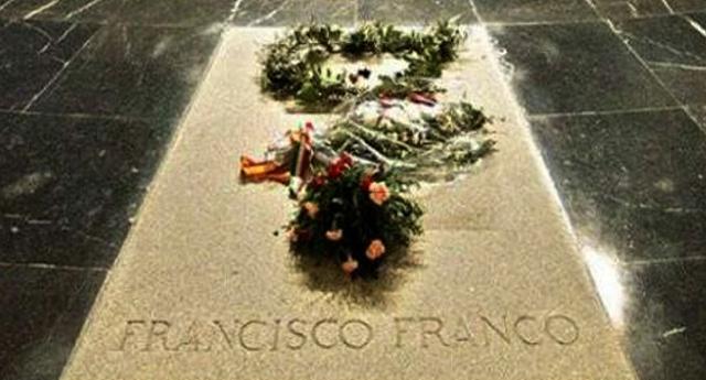 El Gobierno negocia con la familia Franco el traslado de los restos del dictador del Valle de los Caídos.