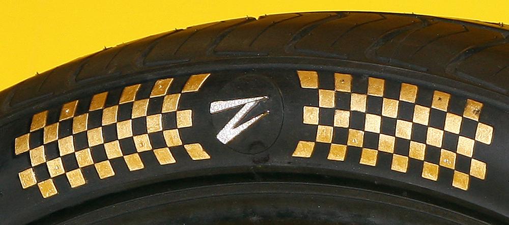 Lốp xe làm bằng vàng và đính kim cương