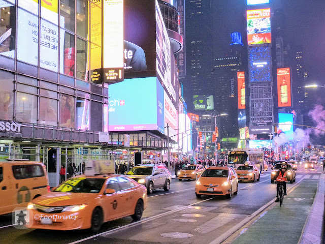 Ueber den immer noch belebten Times Square, vorbei an den gelben Taxis, machen uns jetzt  auf den Rueckweg zu unserem Hotel wo wir uns muede, aber mit vielen schoenen neuen Eindruecken auf unsere Betten fallen lassen.