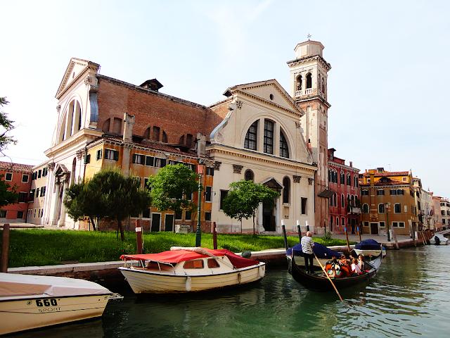 Kostel San Trovaso, Benátky, má 2 vstupní portály