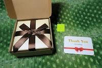 Verpackung öffnen: AmorWing 10mm Obsidian und Ruby Zoisit Gebetsarmband vom Einfachen Stil für Damen/Herren
