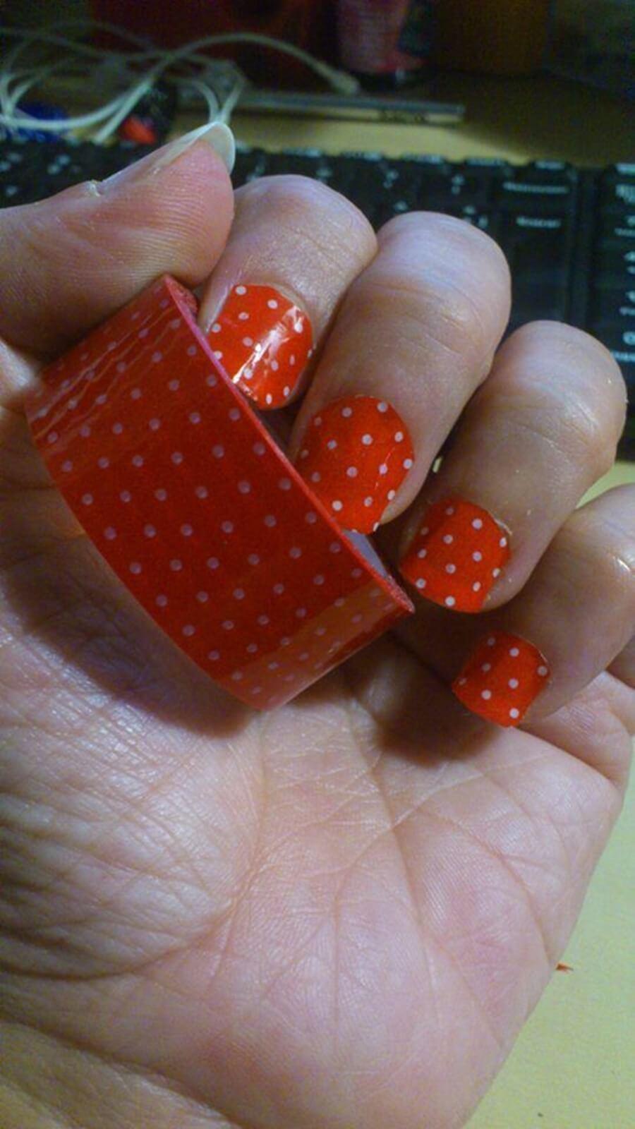 unhas com fita adesiva