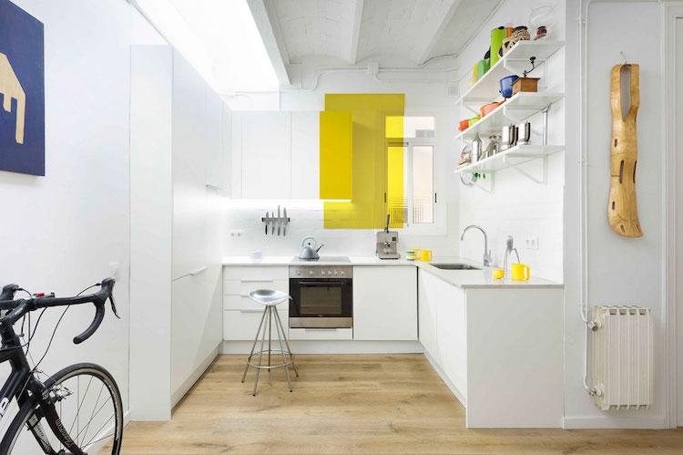 cocina blanca con detalles de colores