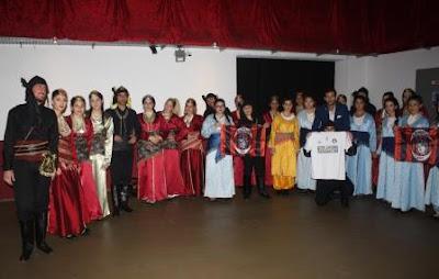 Το χορευτικό του συλλόγου Ποντίων Βούπερταλ «Ακρίτας» φωτογραφίζεται με τις φανέλες του Απόλλωνα. (Φωτογραφία Φόρης Πεταλίδης)