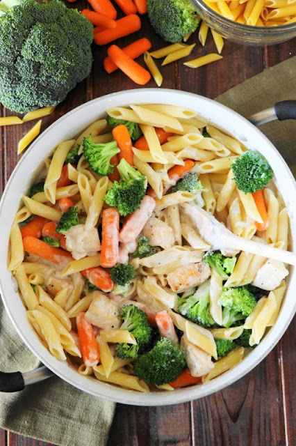 Quick Weeknight Chicken Penne Alfredo {Skinnier, too!}