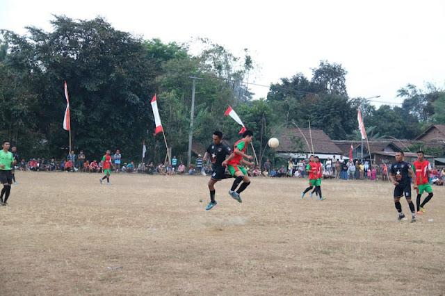 Kuatkan Kemanunggalan TNI - Rakyat, Yonif Raider 514 Kostrad Tanding Sepakbola Persahabatan