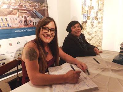 """Fotógrafa lança livro """"Iguape"""" em noite de autógrafos no Museu Histórico da cidade"""