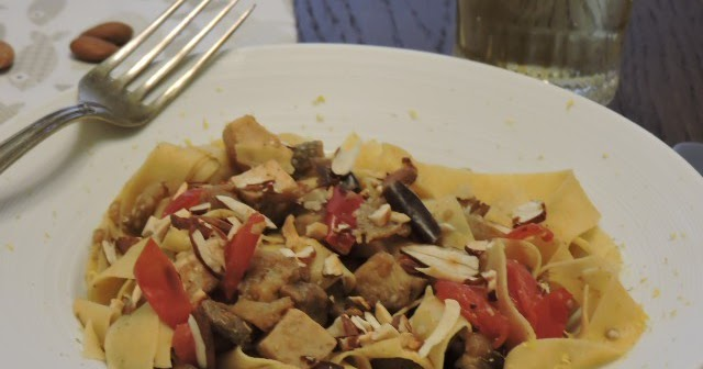 Tagliatelle di farina di fiocco di avena con melanzane, pesce spada e mandorle