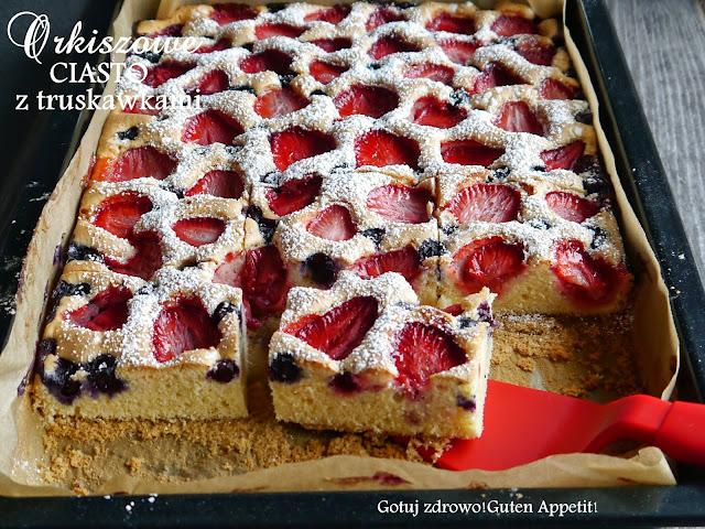 Lekkie orkiszowe ciasto z truskawkami i jagodami na lato - Czytaj więcej »