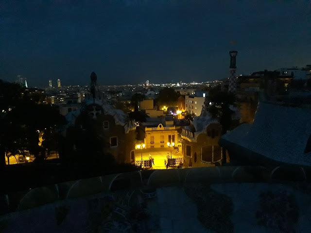 Taras widokowy w Parku Güell nocą