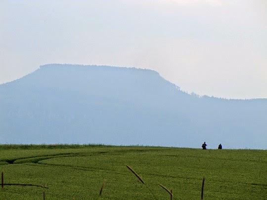 Szczeliniec Wielki ze Wzgórz Ścinawskich (te dwie widoczne postacie to Monika i Kamil).