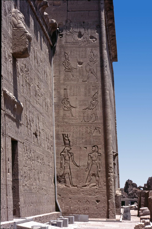 Muros laterales del Templo de Dendera