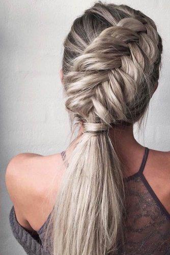 Você pode pensar que fazer penteados com tranças é super difícil, mas nada é impossível. Separamos 10 ideias de penteados para você se inspirar e aprender a fazer sozinha. As tranças, sem dúvidas são algo que fazem toda a diferença no cabelo, seja cabelo liso, cacheado ou ondulado. Você pode fazer tranças presas ou soltas, tudo depende da ocasião que você pretende ir. Cada trança combina com o seu estilo.