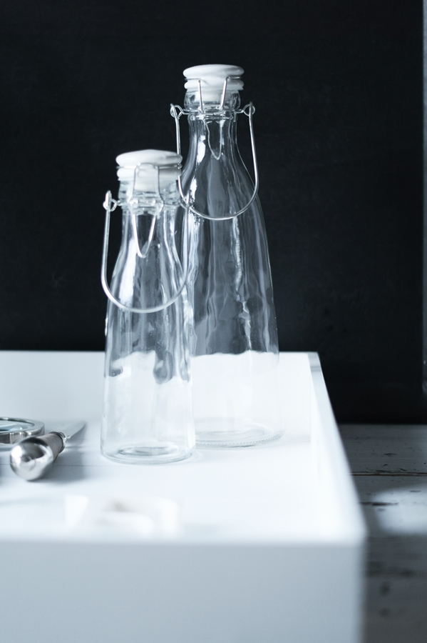 Blog + Fotografie by it's me! - Wohnen - Glasflaschen mit weißen Porzellandeckeln