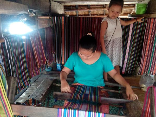 Menenun Kain Tenun Sasak di Dusun Sade Rembitan Lombok