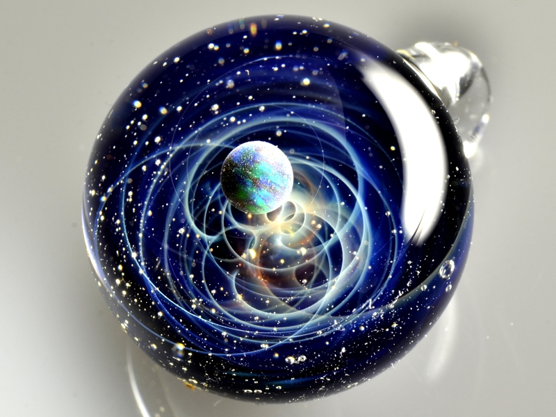 25-Satoshi-Tomizu-とみず-さとし-Galaxies-Sculpted-in-Space-Glass-Globes-www-designstack-co