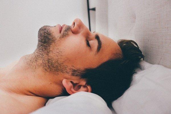 Seorang Pria Sedang Tidur