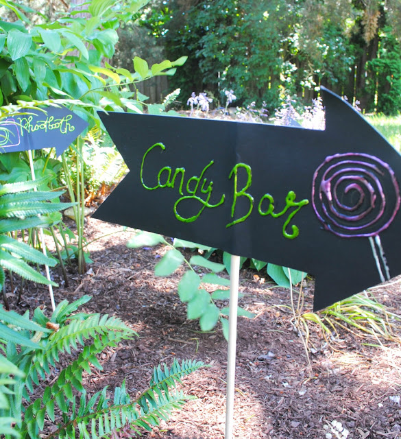Now this is a sign I like to see at weddings. Candy bar! See the full candy bar at fizzyparty.com