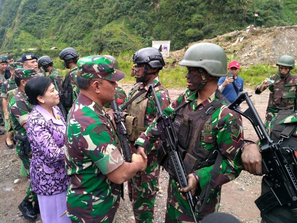 Jenderal Gatot menyalami prajurit yang naik pangkat