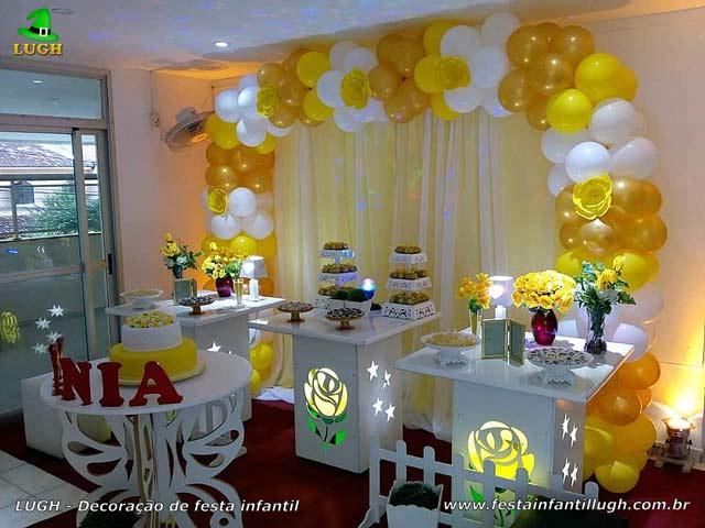 Decoração provençal com rosas amarelas iluminadas para aniversário feminino