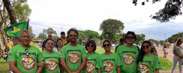 """Integrantes do """"Borrazópolis Cidade Limpa""""participam de manifestação em Maringá"""