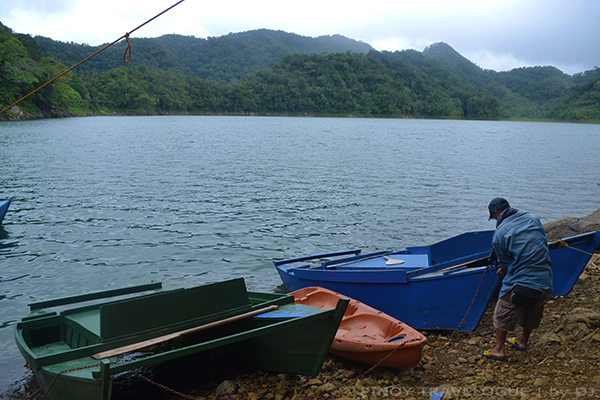 Boat and kayak of Balinsasayao Twin Lakes
