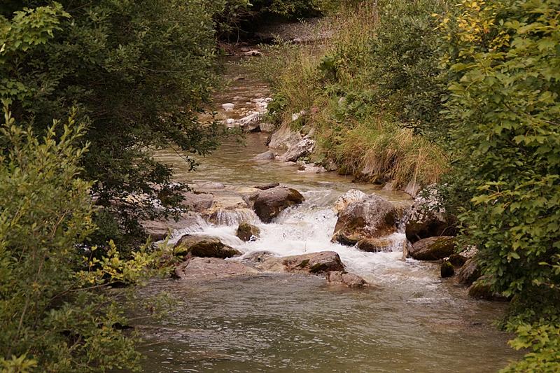 Spaziergang im Lungau, Österreich, im September: Gebirgsbach