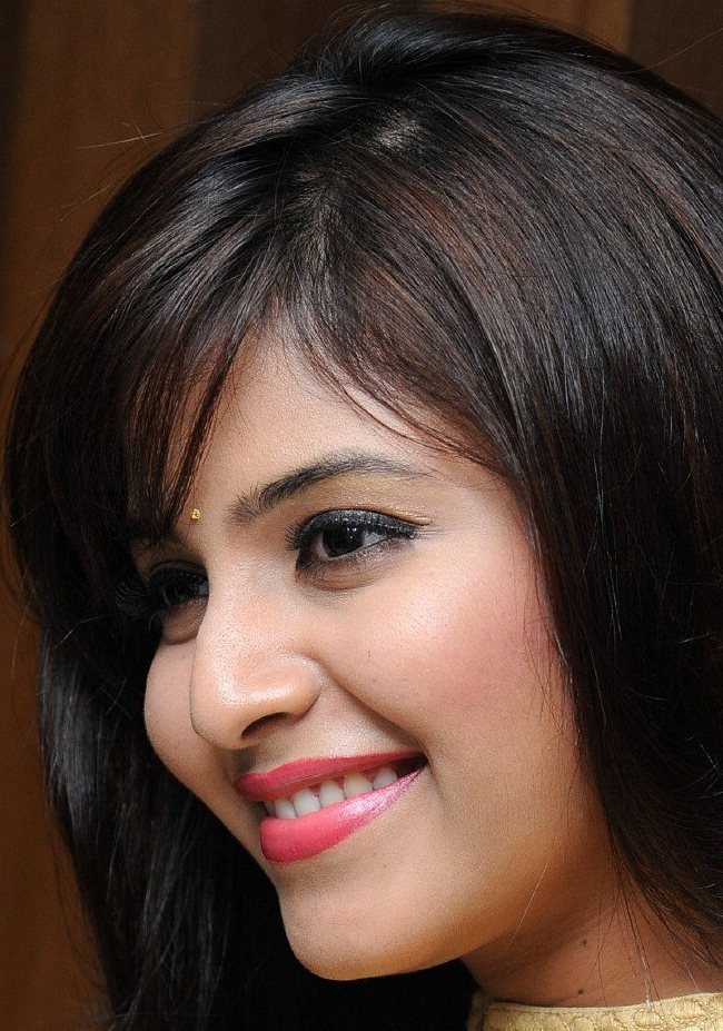 Telugu Actress Anjali Smiling Face Close Up Photos