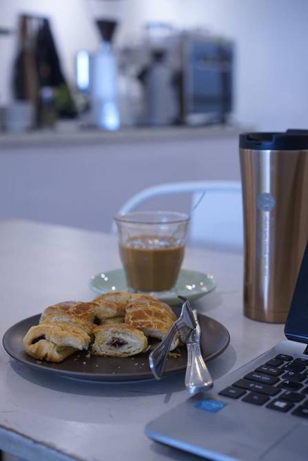 Pastri dan Kopi susu di Aegis Coffee