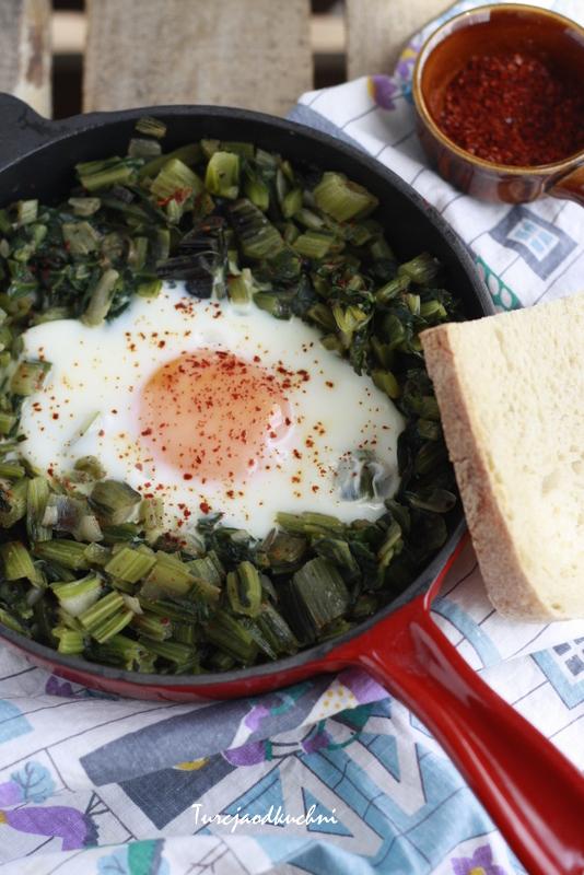 Smażona zielenina z jajkiem. Yumurtalı ot kavurması