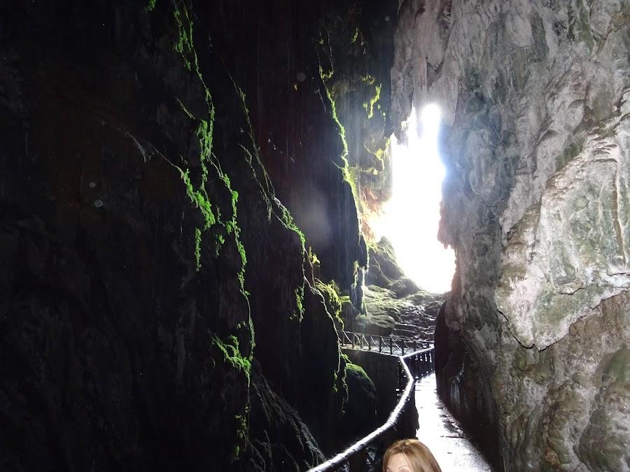 Interior de la Gruta bajo la Cascada Cola de Caballo en El Monasterio de Piedra