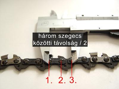 Három szegecs közötti távolság osztva 2-vel.