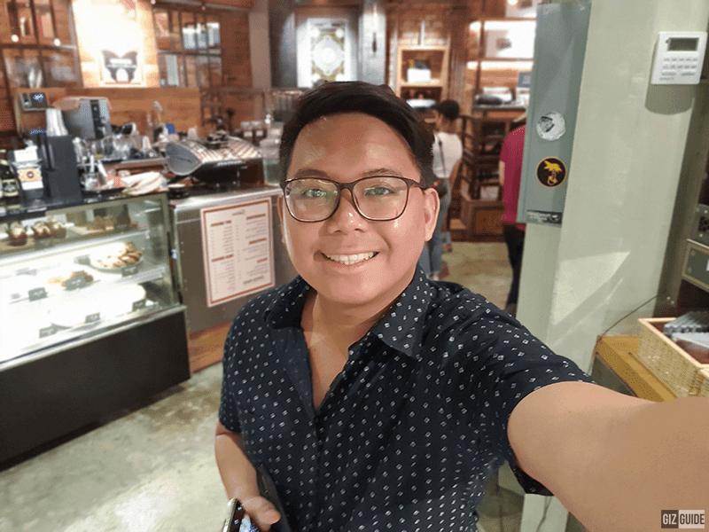 S10+ indoor selfie bokeh