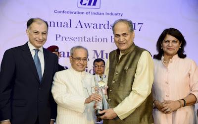 राष्ट्रपति प्रणब मुखर्जी ने राहुल बजाज को दिया सीआईआई लाइफटाइम अचीवमेंट अवॉर्ड
