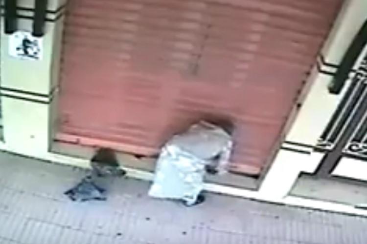 Heboh!!! Pelaku Sihir Terekam CCTV Sedang Melakukan Praktek Sihir di Depan Toko