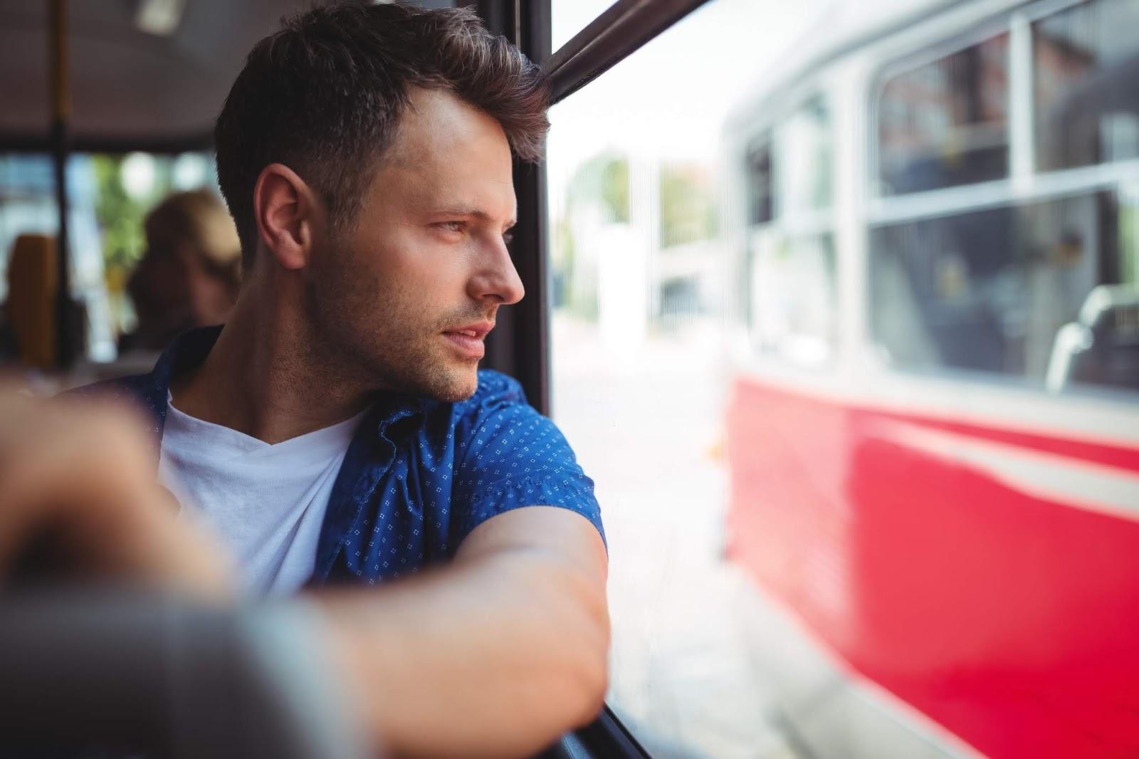 Melihat pemandangan dari balik jendela bus bisa menghilangkan penat (Sumber: The Postillon)
