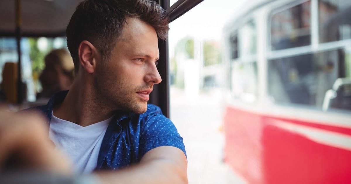 Offensichtlich Geistesgestörter guckt aus Busfenster statt auf Smartphone